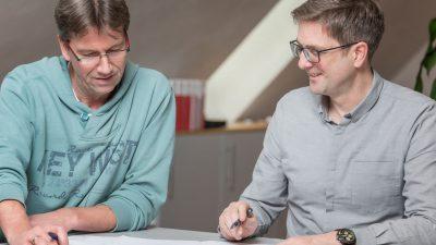 André Bohlmann und Christian Hoffmann beraten sich am Tisch