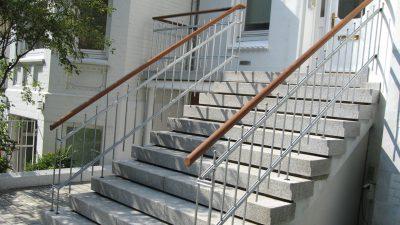Treppenaufgang mit Gelaender hergestellt von Firma Eckel Metalltech