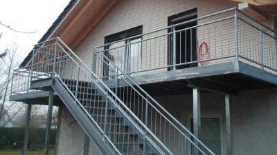 Treppe mit Gelaender und Balkon gefertigt durch Elmers Metallbau