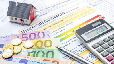 Foto von Energieausweis mit Taschenrechner