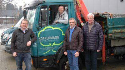 Koppermann Garten und Landschaftsbau Familie Koppermann vor LKW
