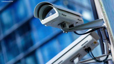 Ueberwachungskamera im Außenbereich am Gebäude