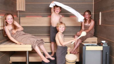 vier Kinder in der Sauna