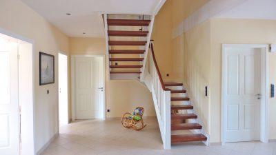 weisse Holztreppe mit braunen Holzstufen