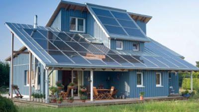Haus mit Solaranlagen auf dem Dach