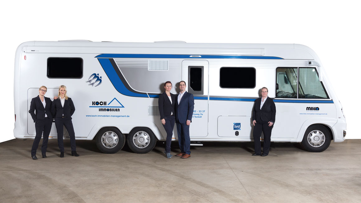 "Das Team vor dem ""mobilen Büro"""