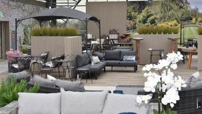 Gartentisch und Stühle von Matthies Gartenfachzentrum auf Holzterrasse vor Haus